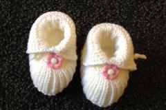 Babyschuhe-weiß-rosa-Blume